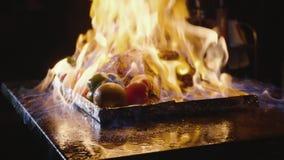 Конец-вверх шеф-повара варя главное блюдо банкета Овощи и мясо с выставкой огня видеоматериал