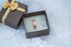 Конец-вверх шкатулки для драгоценностей с кольцами белого золота Стоковое фото RF