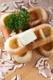 Конец-вверх льет мед от верхней части waffles и гайки Стоковые Изображения RF