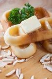 Конец-вверх льет мед от верхней части waffles и гайки Стоковая Фотография