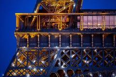 Конец-вверх Эйфелева башни в сумраке вечера Стоковое Изображение