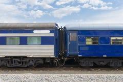 Конец-вверх экипажей пассажирского поезда в сини Стоковое фото RF