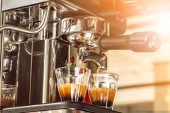 Конец-вверх эспрессо лить от машины кофе на утре Стоковая Фотография RF
