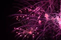 Конец-вверх ярких пурпурных фейерверков с искрами стоковая фотография