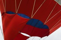 Конец-вверх яркого горячего воздушного шара, подготавливает для полета и рискует Текстура и картина, синь, красные цвета самомодн Стоковые Фотографии RF