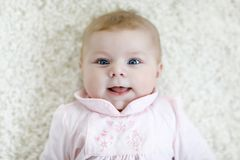 Конец-вверх 2 или 3 месяцев старого ребёнка с голубыми глазами Новорожденный ребенок, маленькие прелестное мирное и внимательный стоковые изображения rf
