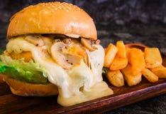 Конец-вверх Cream бургера соуса гриба с французом жарит на деревянной плите с космосом экземпляра Стоковые Фото