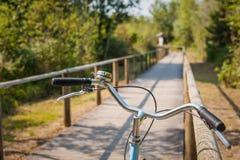 Конец-вверх handlebar пути и велосипеда велосипеда Город велосипеда дружелюбный Стоковые Фото