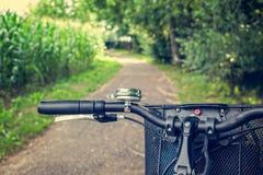 Конец-вверх handlebar пути и велосипеда велосипеда Город велосипеда дружелюбный Стоковая Фотография