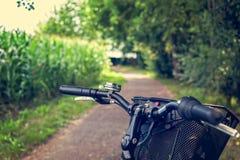 Конец-вверх handlebar пути и велосипеда велосипеда Город велосипеда дружелюбный Стоковое Фото
