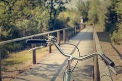 Конец-вверх handlebar пути и велосипеда велосипеда Город велосипеда дружелюбный Стоковое Изображение