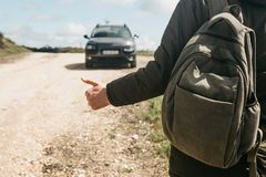 Конец-вверх hiker человека с рюкзаком заминк-пешим стоковое изображение
