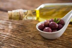 Конец-вверх marinated бутылки масла и оливкового масла Стоковые Изображения