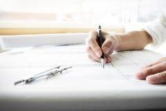 Конец-вверх Person& x27; план чертежа руки инженера s на wi светокопии Стоковое Изображение RF