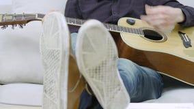 Конец-вверх ` s человека вручает играть гитару сток-видео