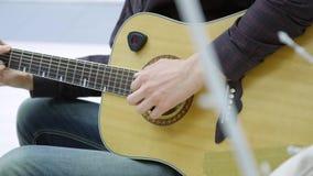Конец-вверх ` s человека вручает играть гитару видеоматериал