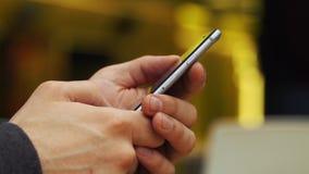 Конец-вверх ` s человека вручает печатать что-то на smartphone видеоматериал