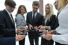 Конец-вверх smartphones в руках молодости дела Стоковые Изображения