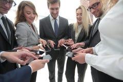 Конец-вверх smartphones в руках молодости дела Стоковое Изображение RF