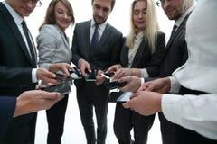 Конец-вверх smartphones в руках молодости дела Стоковое Фото