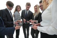 Конец-вверх smartphones в руках молодости дела Стоковое фото RF