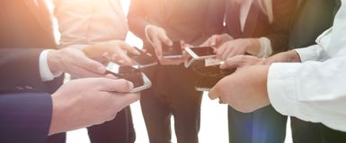 Конец-вверх smartphones в руках молодости дела Стоковая Фотография