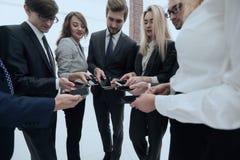 Конец-вверх smartphones в руках молодости дела Стоковая Фотография RF