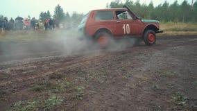 Конец-вверх SUVs участвуя в грязных внедорожных гонках в зажиме леса Автомобили и motorsport сток-видео
