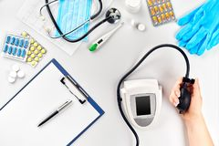 Конец-вверх tonometer пациентами подготовляет во время кровяного давления измеряя на медицинской консультации Стоковая Фотография