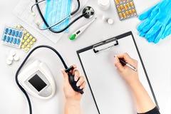 Конец-вверх tonometer пациентами подготовляет во время кровяного давления измеряя на медицинской консультации Стоковое Изображение RF