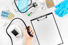 Конец-вверх tonometer пациентами подготовляет во время кровяного давления измеряя на медицинской консультации Стоковая Фотография RF