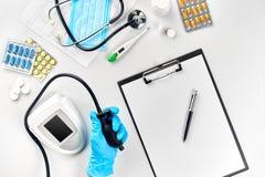 Конец-вверх tonometer пациентами подготовляет во время кровяного давления измеряя на медицинской консультации Стоковое Изображение