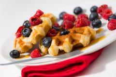 Конец-вверх waffles с ягодами и сироп клена на белизне plat Стоковые Фото
