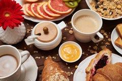 Конец-вверх yummy завтрака на деревянной предпосылке стоковая фотография rf