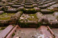 Конец верхней части сарая европейского немецкого мха гонт крыши глины пакостный старый Стоковое Фото