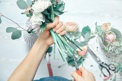Конец взгляда сверху вверх по женскому положению цветков отрезков на счетчике Аранжировать различные цветки в современном свежем  стоковые фотографии rf