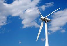 Конец генератора ветра вверх против голубого неба Стоковое Изображение RF