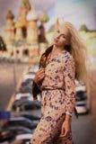Конец девушки белокурой фотомодели русский вверх по фото на ба красной площади стоковые фото