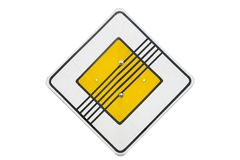 Конец ` дорожного знака ` дороги приоритета изолированного на белизне Стоковое Фото