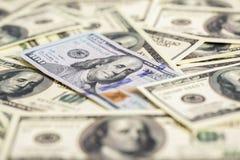конец денег наличных денег вверх одно новое и куча старого 100 bil доллара Стоковые Изображения RF