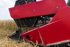 Конец жатки зернокомбайна вверх Жатка зернокомбайна жать пшеницу Зерно жать зернокомбайн позволяет gps компьютера зернокомбайнов  Стоковые Фото