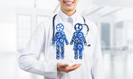 Конец женского работника медицины показывая в парах шестерни ладони вычисляет Стоковое фото RF