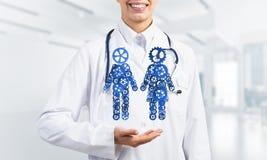 Конец женского работника медицины показывая в парах шестерни ладони вычисляет Стоковые Фотографии RF