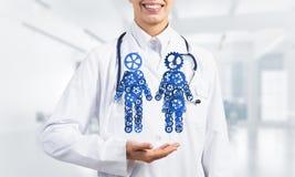 Конец женского работника медицины показывая в парах шестерни ладони вычисляет Стоковые Изображения