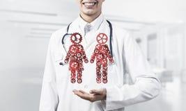 Конец женского работника медицины показывая в figu пар шестерни ладони Стоковые Изображения RF