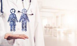 Конец женского работника медицины показывая в figu пар шестерни ладони Стоковые Фотографии RF