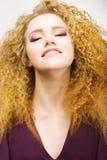 Молодость. Портрет красотки Frizzy красного крупного плана женщины волос. Милая усмешка Стоковое Изображение RF