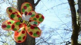 Конец закрутки игрушки ветра ребенка пластичной против неба сток-видео