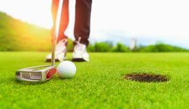 Конец зеленого цвета и шара для игры в гольф поля для гольфа в поле травы стоковое изображение rf