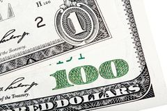 Конец конца-вверх штабелировал фото одного счета доллара и 100-доллара Стоковое Фото